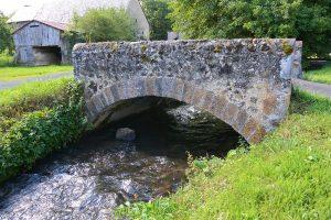 vieux-pont-en-pierre-Sioule-Saintbonnet-près-Orcival